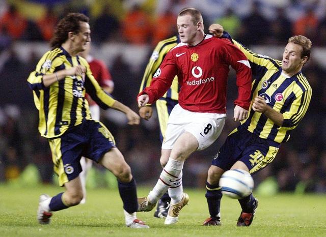 Wayne Rooney cập bến MU sau Euro 2004 với sự kỳ vọng lớn. Cầu thủ này đã có sự khởi đầu như mơ ở Old Trafford. Ngay trong trận ra mắt Quỷ đỏ, Wayne Rooney đã lập hat-trick vào lưới Fenerbahce tại Champions League trong chiến thắng 6-2 của MU. Bàn thắng này giúp chân sút người Anh lập kỷ lục cầu thủ trẻ nhất ghi 3 bàn thắng trong trận đấu ở Champions Leage (18 tuổi 335 ngày). Dù MU gây thất vọng ở mùa 2004/05 nhưng Rooney đã thi đấu tốt. Cuối mùa, cầu thủ này đã nhận giải Cầu thủ trẻ xuất sắc nhất Premier League.