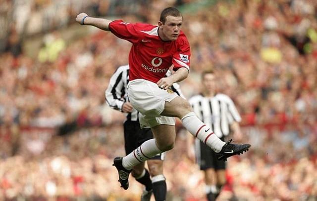 Thời đỉnh cao, Wayne Rooney đã lập không ít siêu phẩm, trong đó, cú vô lê siêu hạng vào lưới Newcastle (năm 2005) hẳn vẫn còn đọng lại trong ký ức nhiều người. Đó là bàn thắng cho thấy đẳng cấp cao của Wayne Rooney. Sau khi nhận bóng từ pha trả ngược của đồng đội, tiền đạo người Anh đã vung chân vô lê từ cự ly 25 mét, làm cháy lưới thủ thành Shay Given.