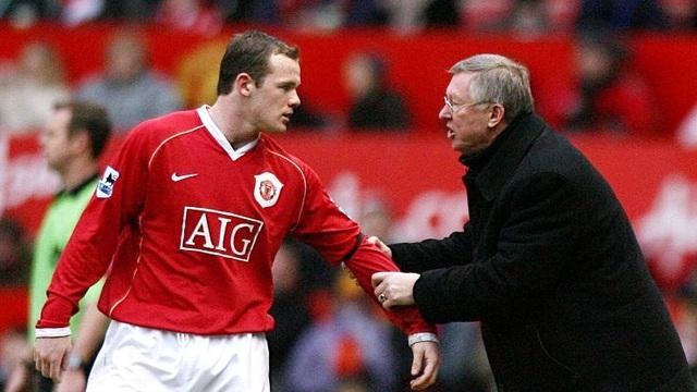 """Wayne Rooney đóng góp cho MU rất nhiều nhưng cầu thủ này cũng để lại ấn tượng xấu trong lòng CĐV Quỷ đỏ. Tháng 10/2010, Wayne Rooney vùng vằng đòi ra đi vì cho rằng Quỷ đỏ thiếu tham vọng. Sau đó, Sir Alex Ferguson đã phải xuống nước, trao cho Rooney bản hợp đồng mới. Chưa hết, tới năm 2014, cầu thủ người Anh lại """"diễn lại bài cũ"""". Lần này, anh tiếp tục được tăng lương lên 300.000 bảng/tuần."""