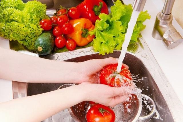 Cách rửa rau đúng cách là rửa liên tục dưới vòi nước sạch