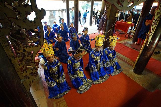 Bốn vị cao niên khác trong làng được chọn làm bốn quan đi theo sau đoàn rước vua và chúa.