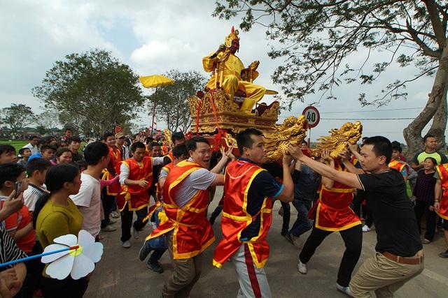 Ông Lê Quang Bản 69 tuổi (thôn Thụy Lôi) năm nay được chọn là chúa. Kiệu chúa luôn được rước đi đầu đoàn.