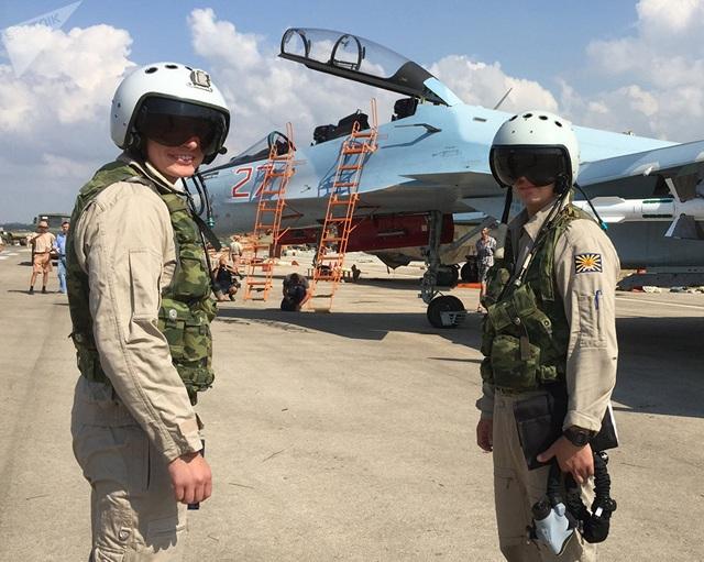 Lực lượng không quân Nga tiếp tục mua Su-30SM với những cải tiến cần thiết với động cơ lực đẩy và radar giàn định pha mới.  Trong ảnh: Phi công Nga chuẩn bị lên máy bay Su-30 cất cánh từ sân bay Hmeimim ở Syria. (Ảnh: Sputnik)