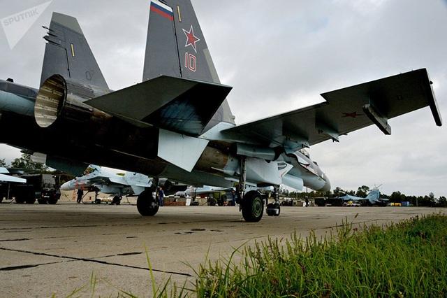 Chiếc Su-35S có thể được coi là chiếc máy bay chuyển tiếp giữa dòng máy bay Sukhoi thế hệ thứ 4 và dòng Sukhoi PAK FA đang được thử nghiệm. Su-35S vẫn được sản xuất cho Không quân Nga và xuất khẩu.  Trong ảnh: Một máy bay chiến đấu Sukhoi Su-35 Flanker-E sau một cuộc tập trận không quân chiến thuật ở Lãnh thổ Primorye của Nga. (Ảnh: Sputnik)