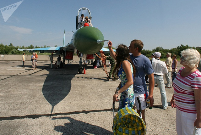 Hai phiên bản cải tiến từ T-10-1, Su-27P và Su-27S, đã được đưa vào sản xuất năm 1984. Trong ảnh, phi cơ Su-27P được trưng bày tại triển lãm máy bay quân sự tại sân bay Chkalovsk thuộc Lữ đoàn Baltic đóng tại Kaliningrad, Nga. (Ảnh: Sputnik)