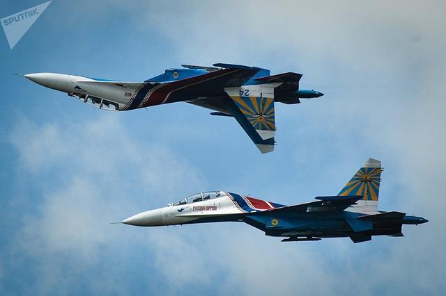 Năm 1986, Sukhoi đã cải tiến Su-27 thành Su-27UB với 2 chỗ ngồi. Đây được coi là nguồn gốc của dòng Su-30.  Trong ảnh: Chiếc phi cơ Su-27 của đội máy bay nhào lộn Russian Knights đang diễn tập cho Thế vận hội quân sự thế giới 2015 tại căn cứ không quân Alabino bên ngoài Moscow. (Ảnh: Sputnik)