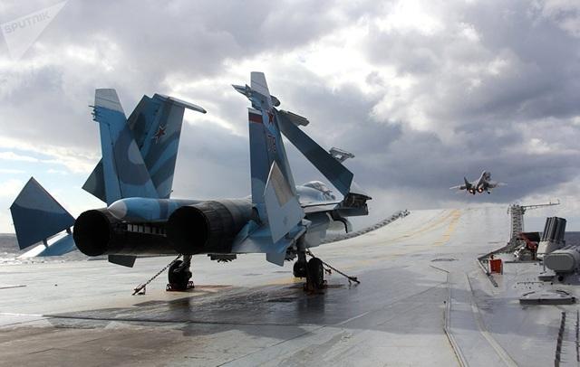 Vào những năm đầu 1980, Su-27 được chọn là nguyên mẫu cho một dòng máy bay quân sự mới của Liên Xô. Tuy nhiên, kế hoạch đã bị tạm hoãn sau sự tan rã của Liên Xô. Cho nến nay, hậu duệ Su-33 được đưa vào hạm đội tàu không quân của tàu sân bay hạng nặng Đô đốc Kuznetsov.  Trong ảnh: Máy bay hạng nặng Su-33 (phía trước), MiG-29K (phía sau) trong một trận chiến đấu trên biển Địa Trung Hải. (Ảnh: Sputnik)