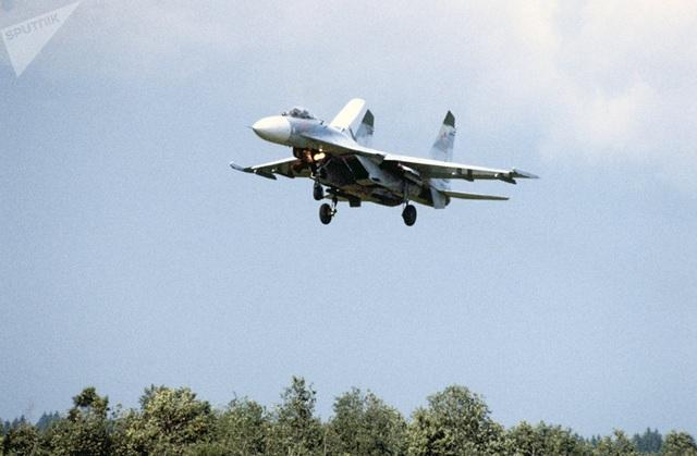 Phiên bản cải tiến của Su-27 được Liên Xô giới thiệu vào giữa những năm 1980, tên là Su-27M. Trước khi Liên Xô sụp đổ năm 1990, máy bay Su-35 đã ra đời với một đôi cánh được thiết kế đặc biệt.  Trong ảnh: Phi cơ Su-27M bay trên bầu trời. (Ảnh: Sputnik)