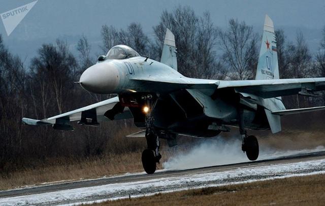 Giữa những năm 2000, chiếc Su-27 nguyên bản đã được hiện đại hóa. Thiết bị cải tiến, cho phép trang bị vũ khí không đối đất có điều khiển chính xác.  Trong ảnh: Phi cơ Su-27SM, một phiên bản nâng cấp từ Su-27S, trong cuộc tập trận ở Quân Khu Đông, ở sân bay quân sự Tsentralnaya Uglovaya, Lãnh thổ Primory, Nga. (Ảnh: Sputnik)