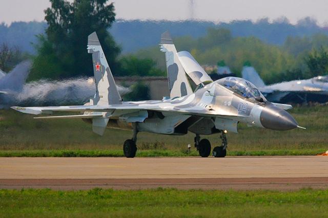 Hợp đồng của dòng máy bay Su đầu tiên, Su-27SK, được bán cho Trung Quốc vào đầu những năm 1990. Chuỗi ngày thành công nối tiếp với những giao kèo đến từ Ấn Độ, Malaysia và Algeria với dòng Su-30MK vài năm sau đó.  Trong ảnh: Máy bay chiến đấu đa chức năng 2 chỗ ngồi Su-30MK trong 1 chuyến bay trình diễn tại triển lãm hàng không và Không gian Quốc tế lần thứ 8 MAKS-2007 ở Zhukovsky, Moscow. (Ảnh: Sputnik)
