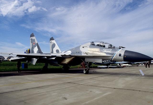 Phiên bản Su-30 có thiết bị đơn giản và giá thấp hơn đã được trình làng ở Komsomolsk-on-Amur. Phiên bản này đã được xuất khẩu sang nhiều nước, trong đó có Trung Quốc, Indonesia...  Trong ảnh: Máy bay chiến đấu Sukhoi Su-30M được trưng bày tại Triển lãm Hàng không MAKS-2001. (Ảnh: Sputnik)