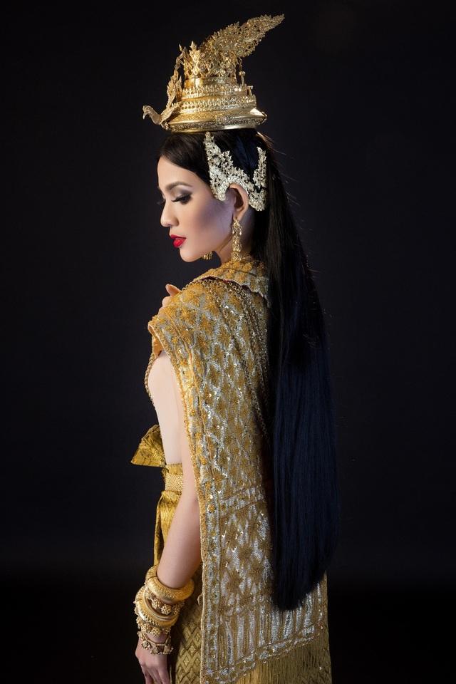 Người đẹp từng dự thi hoa hậu hoàn vũ thực hiện bộ ảnh đẹp trong trang phục truyền thống của người Khmer mừng lễ hội Sene Đolta hay gọi là lễ cúng ông bà nhằm tưởng nhớ đến công ơn bậc sinh thành