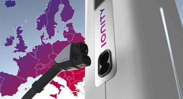 Bốn đại gia ô tô bắt tay phát triển hệ thống sạc cho xe chạy điện - 1