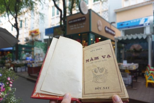 Ấn phẩm Nằm vạ được in từ năm 1941 nhưng được lưu giữ rất tốt, có chữ ký và thủ bút của tác giả trong sách