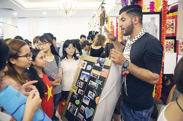"""Ngay từ đầu ngày hội, Saleem đã là một """"hướng dẫn viên"""" cho các bạn trẻ, giới thiệu nhiệt tình về đất nước Palestine."""