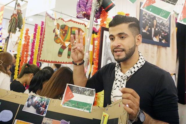Lối chia sẻ hóm hỉnh, gần gũi cùng khả năng tiếng Việt chuẩn ngữ điệu, Saleem đã thực sự trở thành cầu nối văn hóa giữa tuổi trẻ của 2 đất nước Việt Nam – Palestine