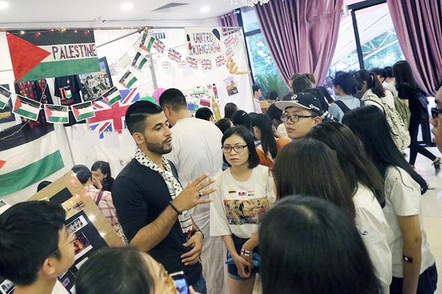Nam tình nguyện viên điển trai thu hút sự chú ý của nhiều bạn trẻ Việt, đặc biệt là các cô gái