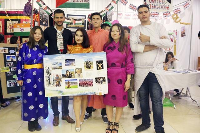 Không chỉ các bạn trẻ Việt Nam, các tình nguyện viên quốc tế cũng rất ấn tượng với Saleem, muốn ghi lại những hình ảnh kỉ niệm cùng người bạn Palestine này.