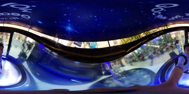 Với tính năng quay video 4K của Gear 360, mọi biểu cảm của bạn và chuyển động của những bông tuyết sẽ được ghi lại rõ nét.