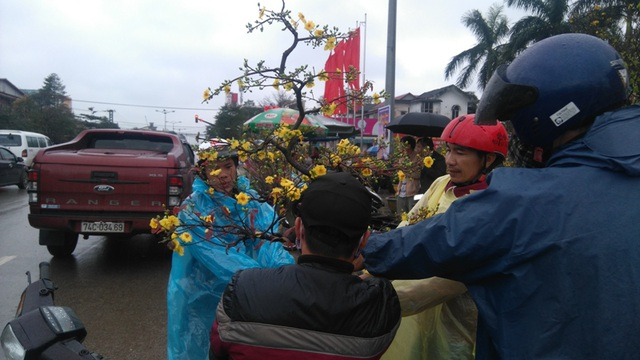 Chợ quê nhộn nhịp, người dân đội mưa mang hương sắc Tết về nhà - 7