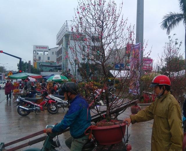Chợ quê nhộn nhịp, người dân đội mưa mang hương sắc Tết về nhà - 5
