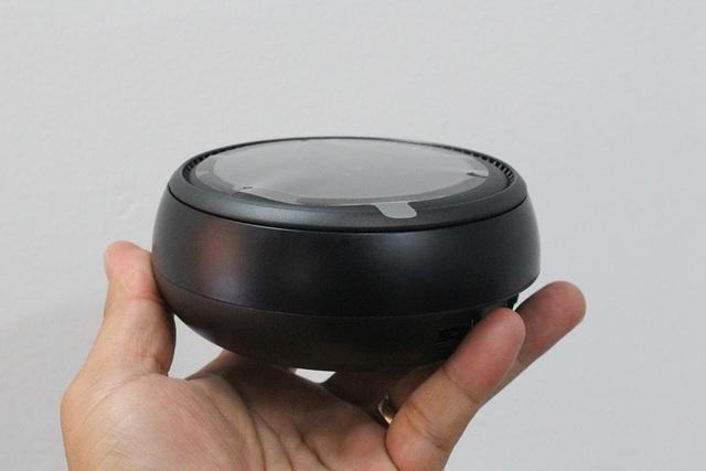 Samsung DeX có một màu sắc đen duy nhất và không tích hợp bất kỳ cổng kết nối nào bên trong hộp đựng máy. Người dùng khi sử dụng có thể sử dụng chung với cổng sạc USB-C dành cho mẫu máy Galaxy S8.
