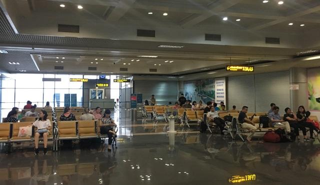 Bên trong khu vực cách ly, hành khách ngồi chờ chuyến bay