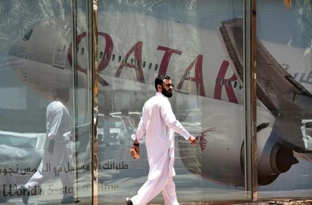Kế hoạch di chuyển bằng đường hàng không của hàng nghìn người ttrên toàn thế giới đã bị ảnh hưởng do Hamad cũng là một sân bay trung chuyển đông đúc hàng đầu thế giới. Ảnh chụp một người đàn ông bên ngoài sân bay.