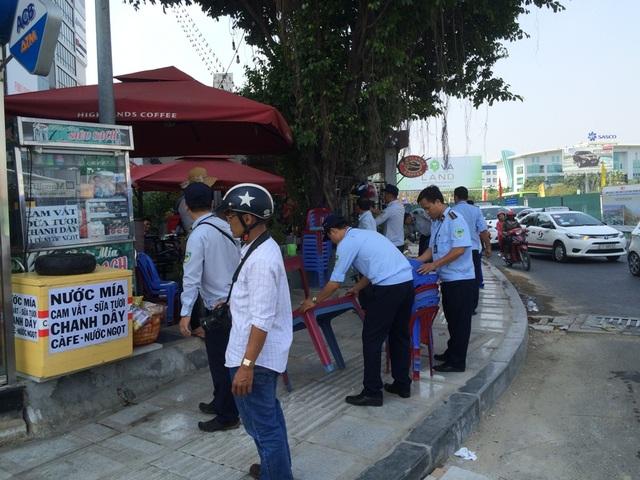 Tịch thu bàn, ghế bày bán trước khu vực sân bay Tân Sơn Nhất