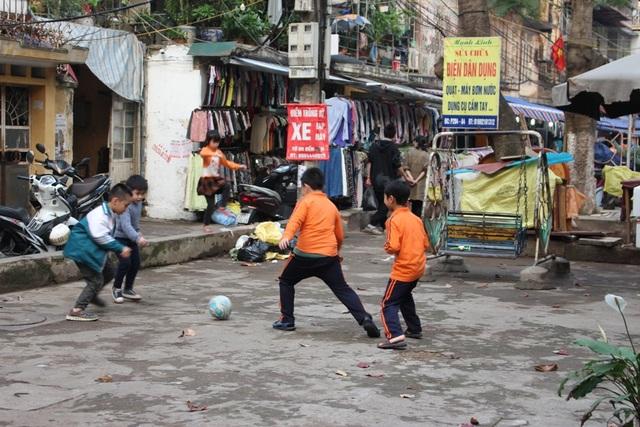 Ở khu tập thể Trung Tự (Đống Đa, Hà Nội), nội quy sân chơi đã đề rõ: không được đá bóng, không trông giữ xe máy, xe đạp, không chiếm dụng sân chơi vào mục đích riêng,… Nhưng nhìn vào cơ sở vật chất ở sân chơi này, có lẽ mọi quy định đều trở nên vô nghĩa. Không còn gì để chơi, lũ trẻ đành đá bóng. Ấy vậy mà các em cũng không thể thỏa sức vui chơi bởi xung quanh dày đặc xe máy, xe đạp, nhà dân và cả các gian hàng.