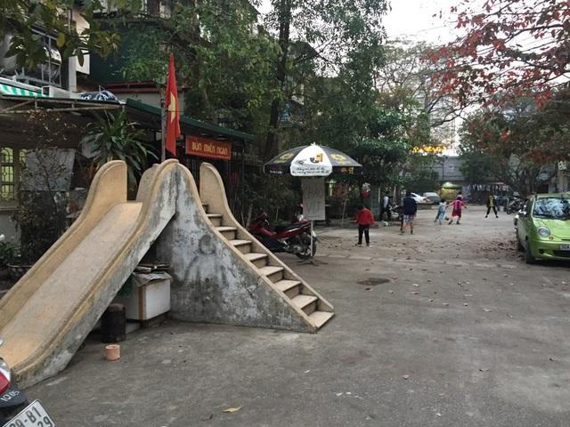 Sân chơi của khu tập thể Giảng Võ chỉ có duy nhất chiếc cầu trượt không ai đoái hoài. Ở phía ngoài, khoảng sân cũng đã bị người dân lấy gần hết để bày hàng quán ăn.