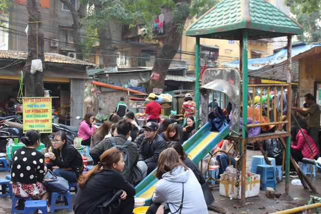 Chỗ chơi của trẻ con bị người lớn chiếm dụng, phục vụ cho lợi ích kinh doanh. Tình trạng hàng quán mọc lên như nấm, diện tích sân chơi bị thu hẹp diễn ra khá phổ biến nên trẻ em chẳng thể vui chơi một cách tự nhiên.