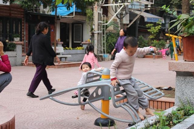 """Hàng chục khu nhà của dãy tập thể Kim Liên chỉ có duy nhất một sân chơi cho trẻ em. Tuy nói là sân chơi trẻ em, nhưng hầu hết đều là các thiết bị thể dục mà chỉ người lớn mới có thể sử dụng hiệu quả. Trên khoảng sân rộng, chỉ có 1,2 trò chơi phù hợp cho lứa tuổi thiếu nhi. Thế nhưng, """"có còn hơn không"""" - một người dân sống ở khu D, khu tập thể Kim Liên chia sẻ."""