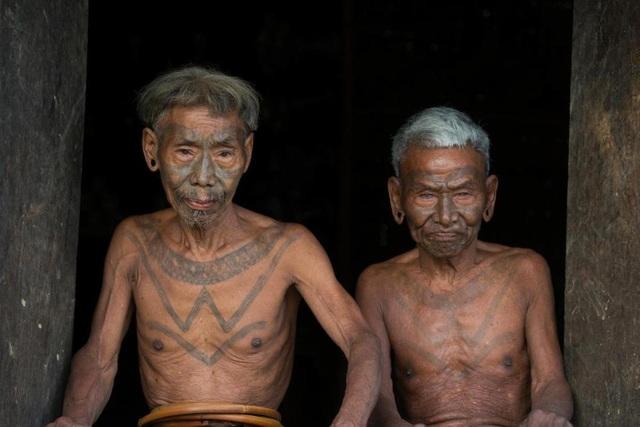 Những chiến binh săn đầu người xưa kia với chiến tích là hình săm trên mặt và ngực