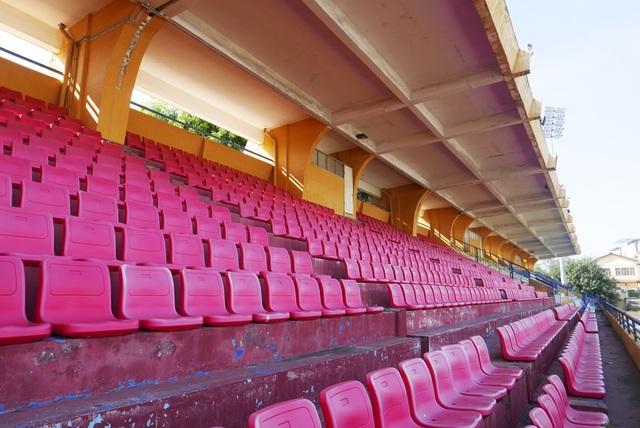 Khán đài A của sân Hàng Đẫy. Toàn sân có sức chứa hơn 3 vạn khán giả - con số khá khiêm tốn đối với một sân vận động ở trung tâm Thủ đô.