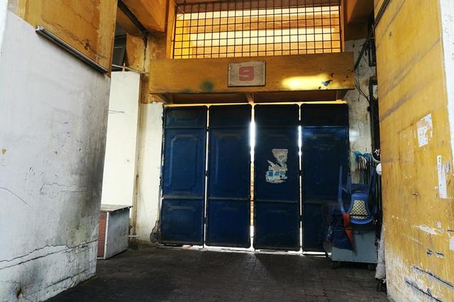 Một cửa sân cũ kỹ dẫn vào khu khán đài B.