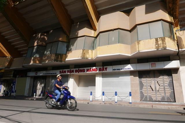 Sân vận động Hàng Đẫy được xây dựng từ năm 1957 trong sự quan tâm đặc biệt của Chủ tịch Hồ Chí Minh, người rất quan tâm đến phong trào thể dục thể thao nước nhà. Năm 1958, sân khánh thành, trở thành sân vận động hiện đại đầu tiên của Thủ đô Hà Nội. Trải qua 60 năm tồn tại, đến nay sân Hàng Đẫy đã cũ nát, xuống cấp. Trong ảnh là mặt chính phía trước sân, lớp bụi phủ đầy trên các ô cửa mặt tiền.