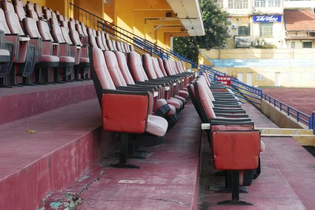 Ngay hàng ghế khu VIP cũng hỏng hóc, xô lệch.  Những năm 90, sân Hàng Đẫy trải qua vài lần tu sửa. Các khán đài được nâng cấp, lắp mới hệ thống chiếu sáng, bảng đồng hồ điện tử, thảm cỏ, đường pitch... nhưng đến nay, nhìn chung không còn đáp ứng được tiêu chuẩn của một sân vận động hiện đại.
