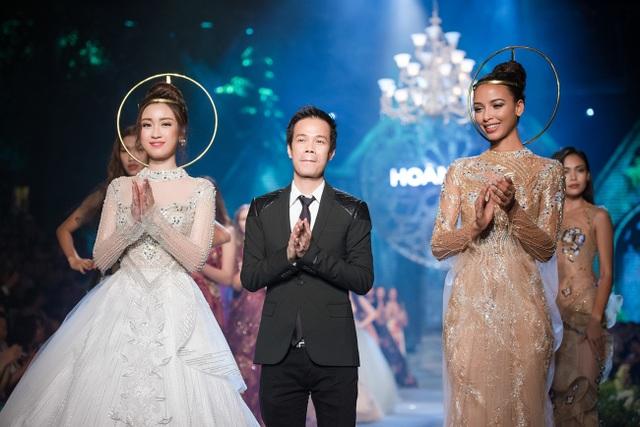 """Trong show diễn tối 13/5 lấy cảm hứng mang tên """"De Ha Noi à Paris - Từ Hà Nội đến Paris"""" , với gần 100 mẫu thiết kế quyến rũ, sang trọng mà điểm nhấn là bộ sưu tập Kim cương tím, NTK Hoàng Hải đã mang tới nhiều cảm xúc cho giới mộ điệu thời trang. Hoa hậu Pháp (ngoài cùng bên phải) và Hoa hậu Đỗ Mỹ Linh là những nàng thơ đặc biệt trong show diễn của anh."""