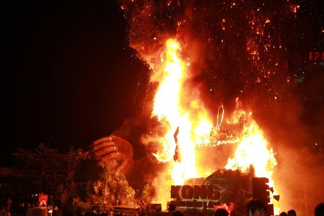 Và MC Hà Anh bước ra sân khấu giới thiệu thì sân khấu Kong: Skull Island bùng cháy dữ dội. Ảnh: Phạm Thế Đông.