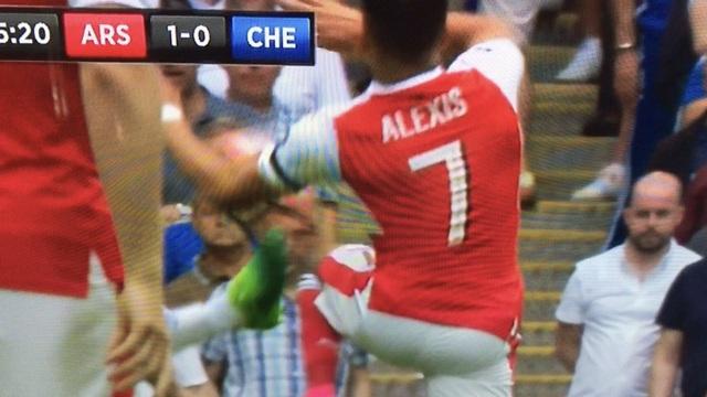 Có vẻ như bóng đã chạm tay Sanchez (chưa thể khẳng định chắc chắn về tình huống này)