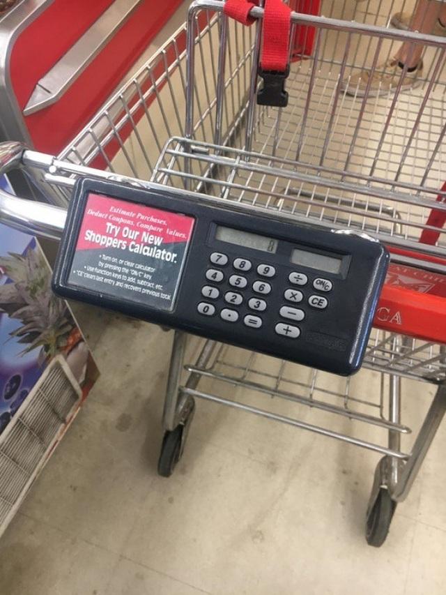 Để giúp khách hàng có thể ước lượng được chi phí của các món đồ mà mình đã hoặc sẽ mua, siêu thị này đã cho lắp đặt trên mỗi xe đẩy một chiếc máy tính.