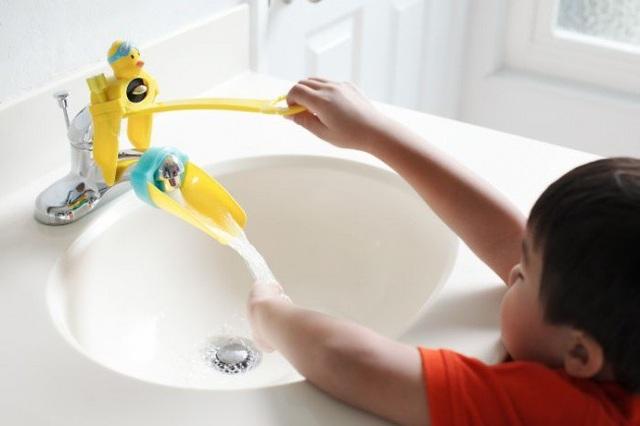 Bộ phụ kiện lắp vòi nước có thiết kế đơn giản nhưng quả thực rất hữu ích trong việc hỗ trợ các bé tự lập trong việc vệ sinh cá nhân hàng ngày.