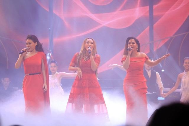 """Nhạc phẩm """"Hạnh phúc trong tầm tay"""" của nhạc sĩ Lam Phương với sự kết hợp lần đầu tiên của 3 giọng ca hải ngoại Thanh Hà, Minh Tuyết, Kỳ Phương Uyên đã mở màn cho sân khấu ngàn sao của Đêm tình nhân 4."""