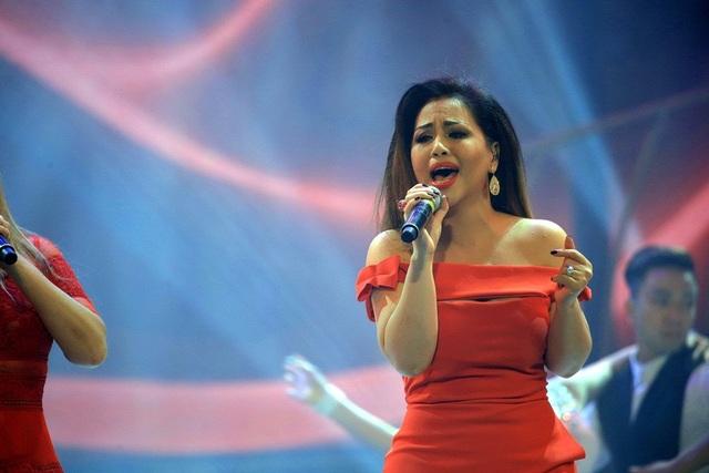 Ba giọng ca đầy nội lực kết hợp cùng vũ đoàn Grammy đã mang đến một tiết mục mở màn sôi động.