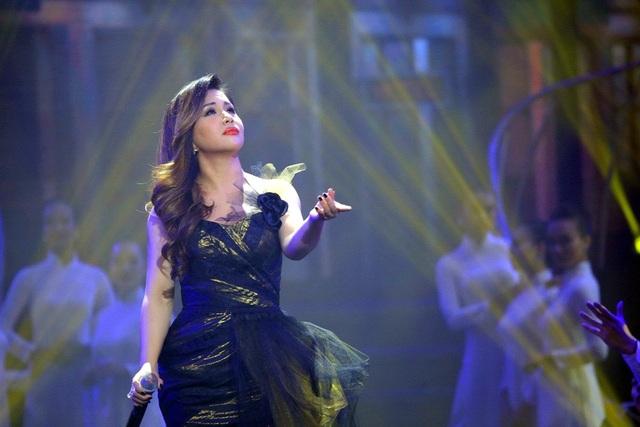 Minh Tuyết khiến những khán giả yêu mến mình khá ngạc nhiên khi xuất hiện trong bộ trang phục kín đáo đồng thời thể hiện một ca khúc không phải dòng nhạc trẻ quen thuộc mà cô hay hát.