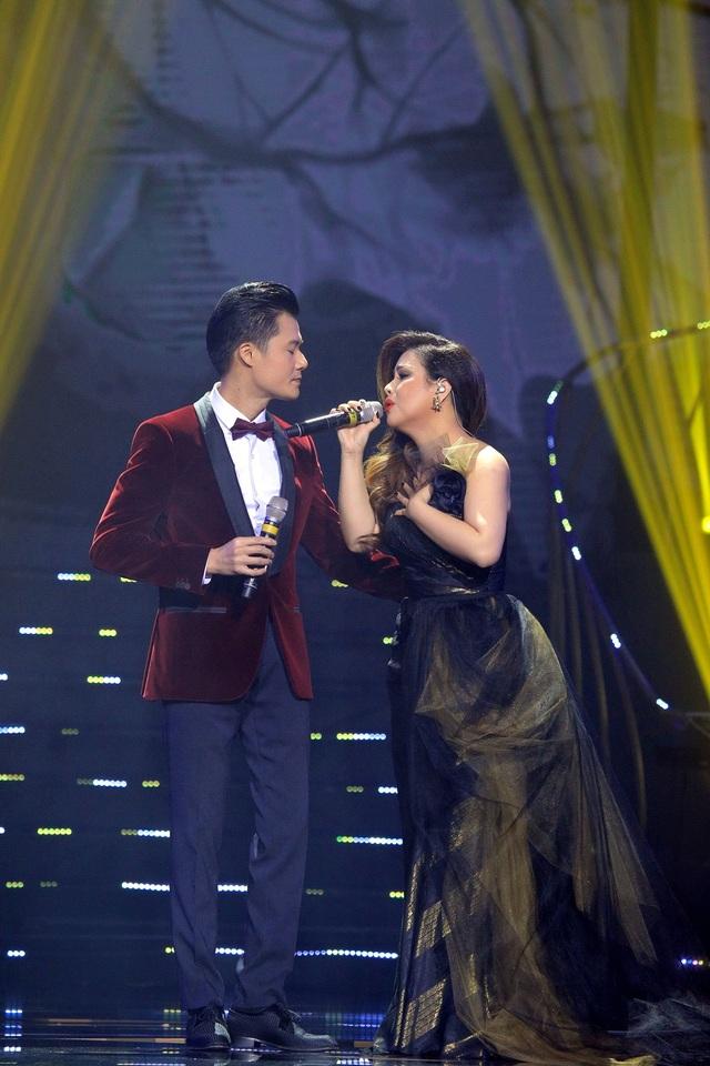"""Tiếp đó, Minh Tuyết và nam ca sĩ Quang Dũng song ca liên khúc """"Trăm nhớ ngàn thương"""" - """"Cỏ úa"""" - """"Thu sầu."""