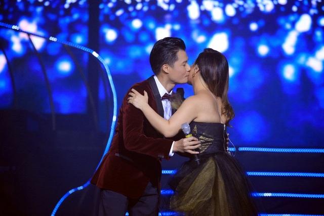 """Và để """"làm lành"""" với người đẹp, kết thúc phần song ca liên khúc quá tình, Quang Dũng nồng nàn hôn lên má Minh Tuyết."""