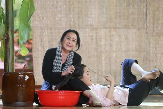 Nghệ sĩ cải lương Thanh Hằng (áo đen) từng nhận nấu và giao cơm cho các hộ gia đình có nhu cầu trong thời gian đầu cô sang Úc. Một thời gian cô còn làm nghề nail, thậm chí đảm nhận việc dọn vệ sinh.