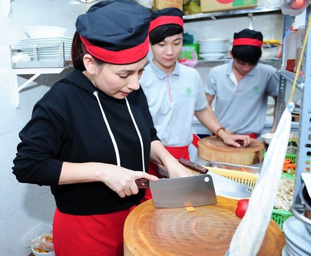 Phi Nhung không ngại khó khăn vất vả bởi từ nhỏ đã phải chịu nhiều khổ cực. Hiện tại dù là ca sĩ nổi tiếng và giàu có, cô vẫn tự tay mình làm các công việc trong nhà bếp.